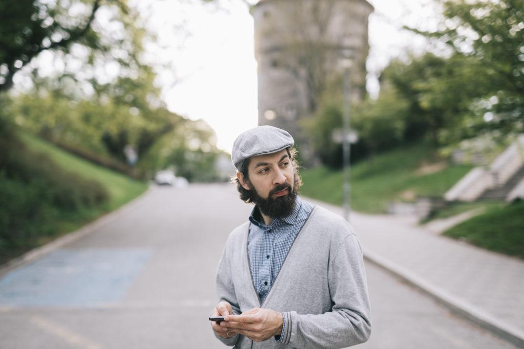 Digitaalinen yhteiskunta: mies kadulla puhelimen kanssa. Kuva: Visit Estonia/ Rasmus Jurkatam