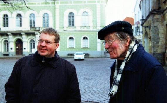 Tapio Mäkeläinen ja Jaan Kross (oik.) Kuva: Tuglas-seuran arkisto/Märten Kross