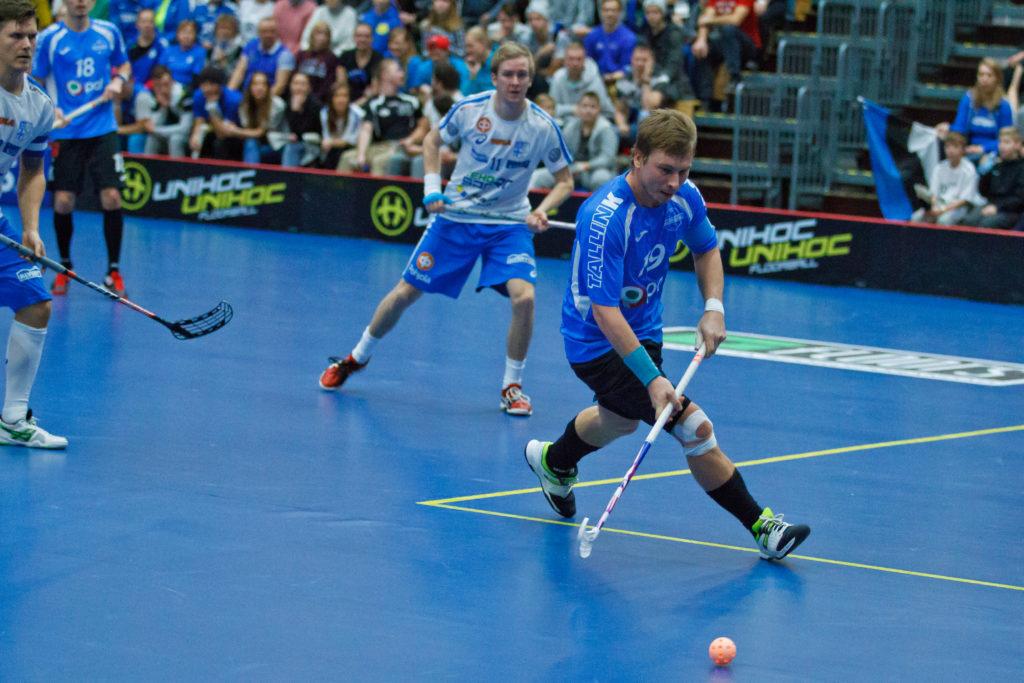 Rein Kivi (oik.) pelasi peräti 20 vuotta Viron maajoukkueessa. Kuva on MM-karsinnoista 2016 pelistä Suomea vastaan.