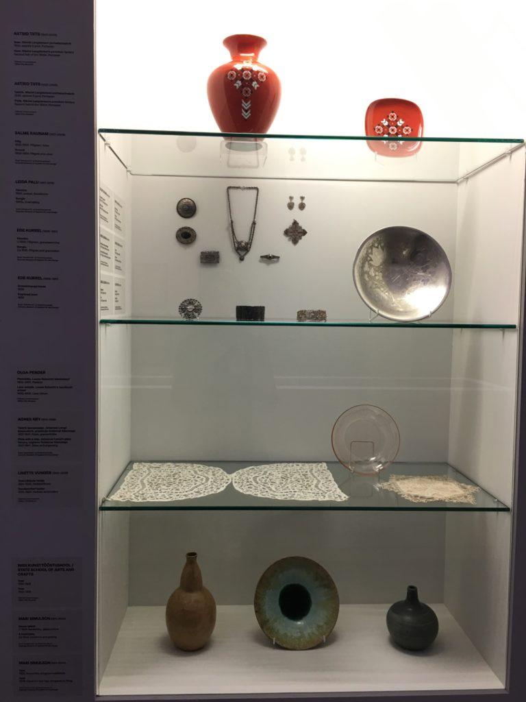 Käyttötaide-esineitä, kuten ruukkuja, astioita ja koruja. Kuva: Kai Stahl.