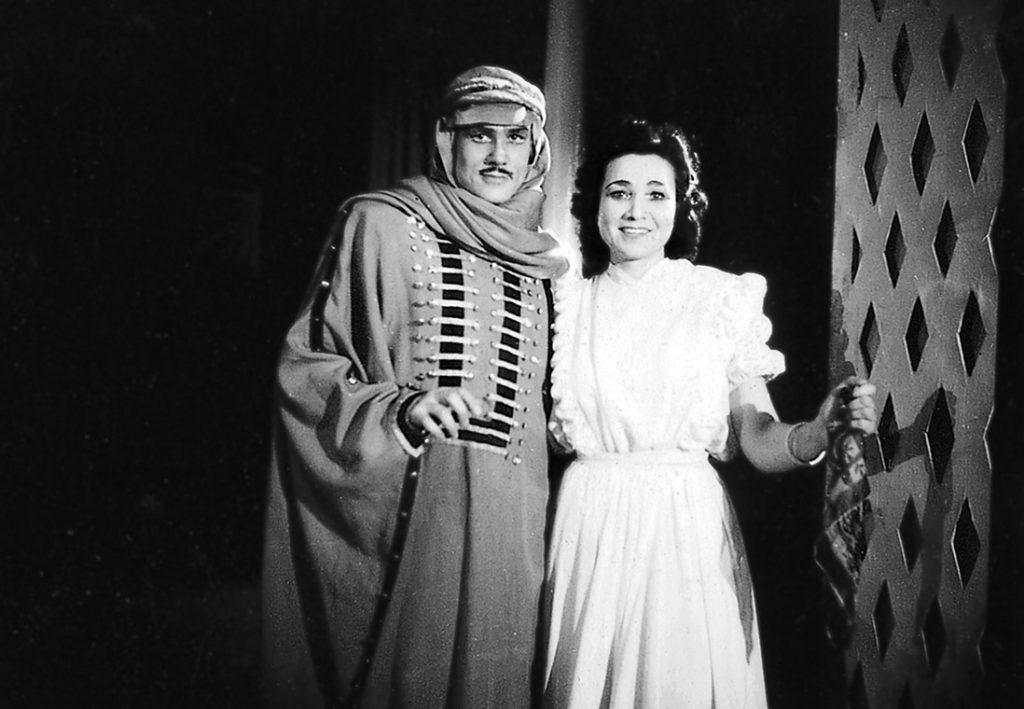 Mies ja nainen pukeutuneena rooliasuihin mustavalkoisessa kuvassa, otettu 1946