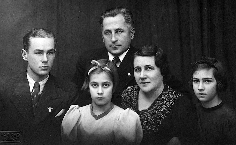 Valokuva Georg Otsin perheestä vuodelta 1938, mustavalkoinen kuva, jossa kolme naista ja kaksi miestä.