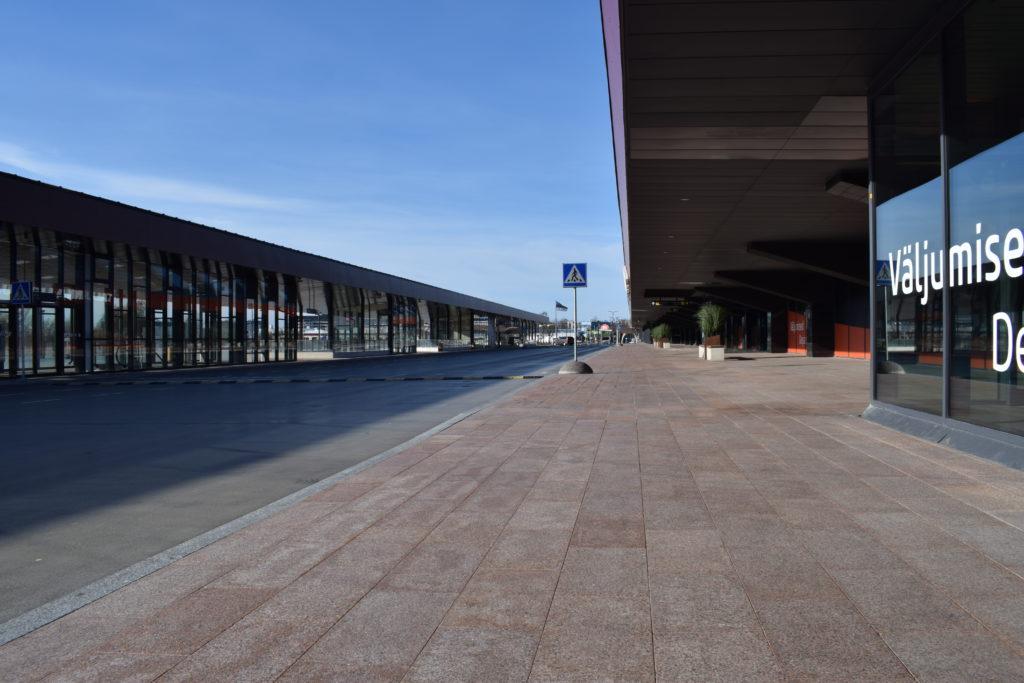 Vasemmalla Tallinnan lentokentä sisääntulo, vasemmalla tie. Ei autoja eikä ihmisiä missään.