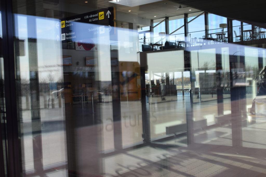 Kuva Tallinnan lentokentän sisältä, otettuna ulkoa lasin takaa.
