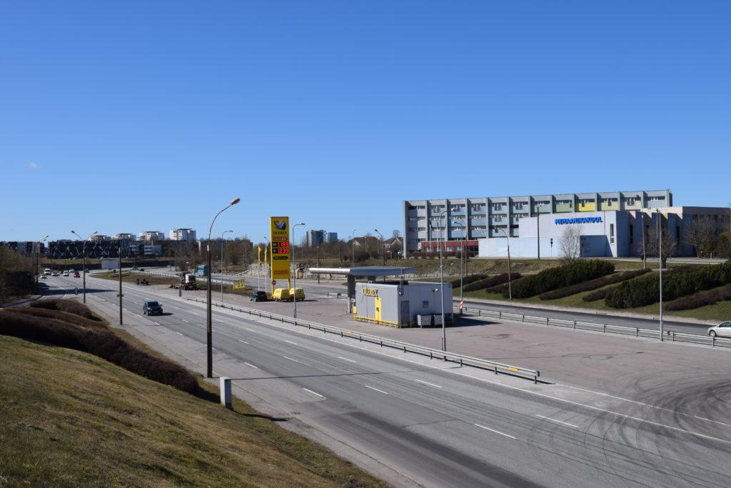 Moottoritie, jossa nähtävissä kaksi autoa, etäällä ehkä viisi.