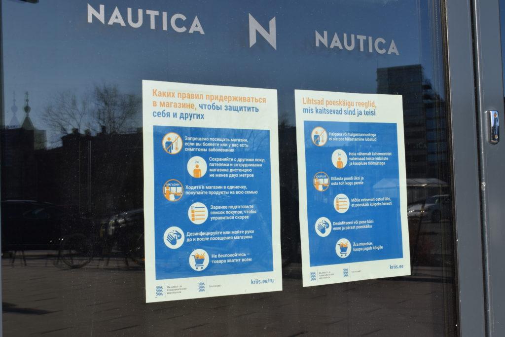 Nautica-ostoskeskuksen ovessa on laput, joissa kerrotaan epidemian poikkeustilasta.