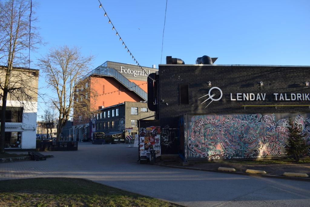 Oikealla kuvassa Lendva Taldrik -ravintolan rakennus, taustalla siintää ruskea rakennus Fotografiska.