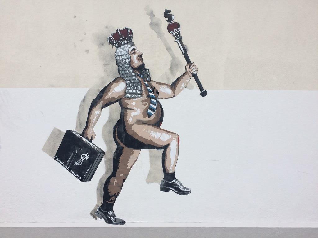 Graffititaidetta tartossa. Keisari ilman vaatteita, kädessään valtikka, päässä kruunu ja toisessa kädessä salkku.