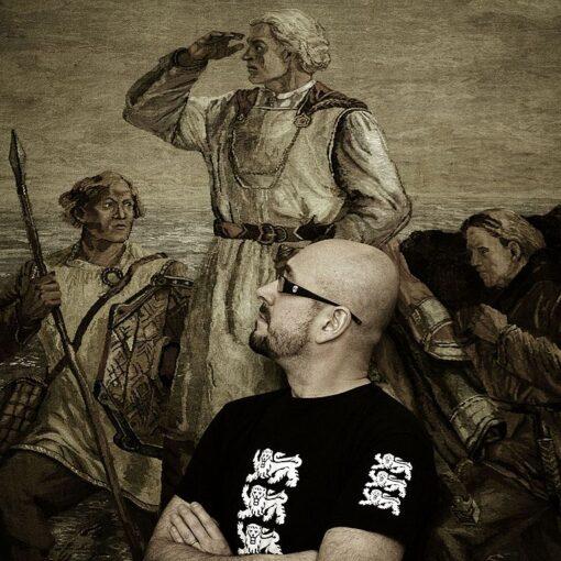 Runoilija Asko Künnap mustassa t-paidassa, taustalla vanha maalaus.