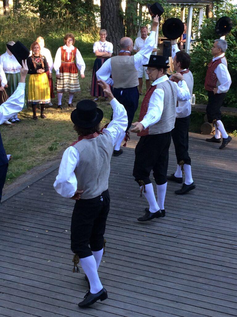 Helsingin virolaisten kansantanssiryhmä Ülelahedad esiintyy vuonna 2015 Furuvikin Taiteiden yö -tapahtumassa
