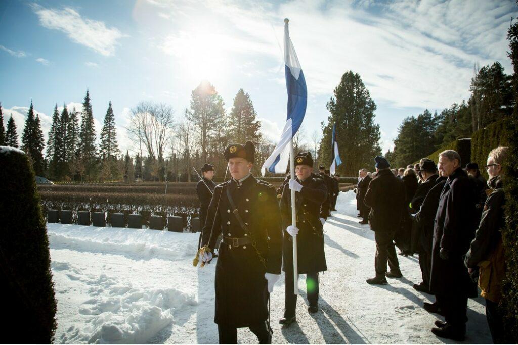Seppeltenlasku Malmin hautausmaalla Suomen-poikien muistomerkille on monikymmenvuotinen perinne