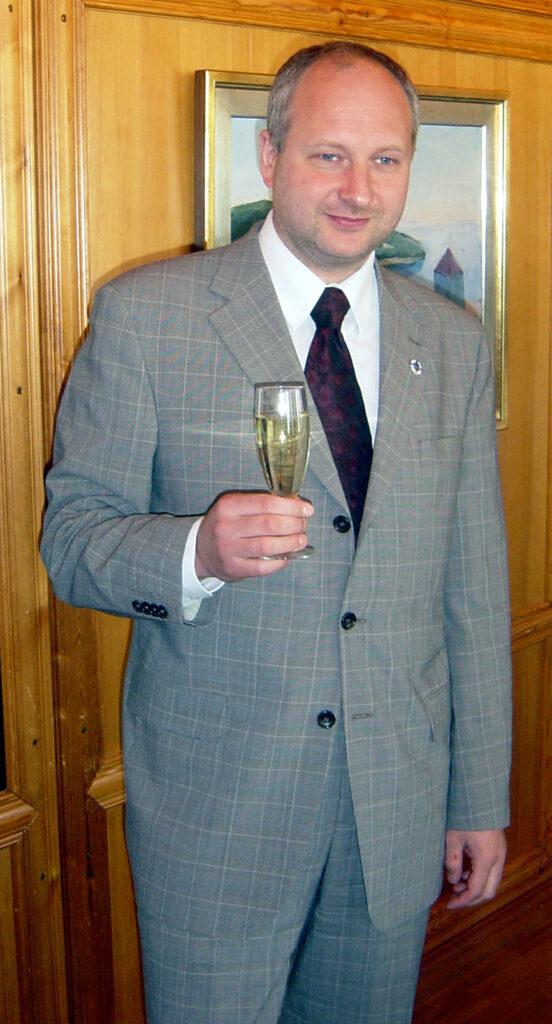 Suurlähettiläs Matti Maasikas saa SVYLn ansiomerkin vuonna 2005