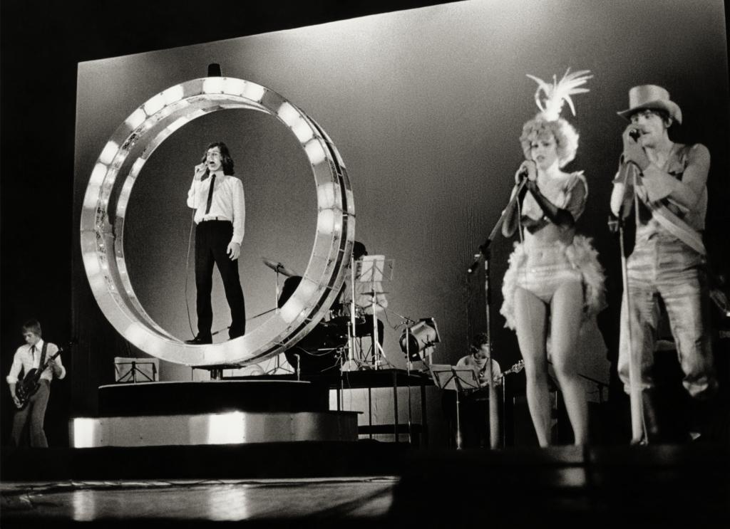 Vuoden 1980 Johnnyn tulirengas oli jotain aivan uutta virolaisessa teatterissa. Renkaassa Johnny elil Urmas Alenderoikealla kalkkuna eli Jüri Aarma ja riikinkukka oli Merle Talvik. Kuva: G. Vaidla / Eesti Ajaloomuuseum.