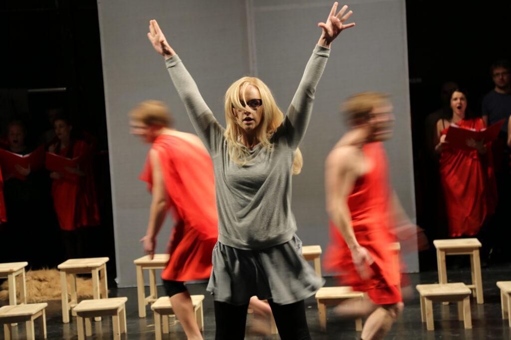 Helena Lotman NO99:n Savisaaressa. Kuva: Teater NO99.