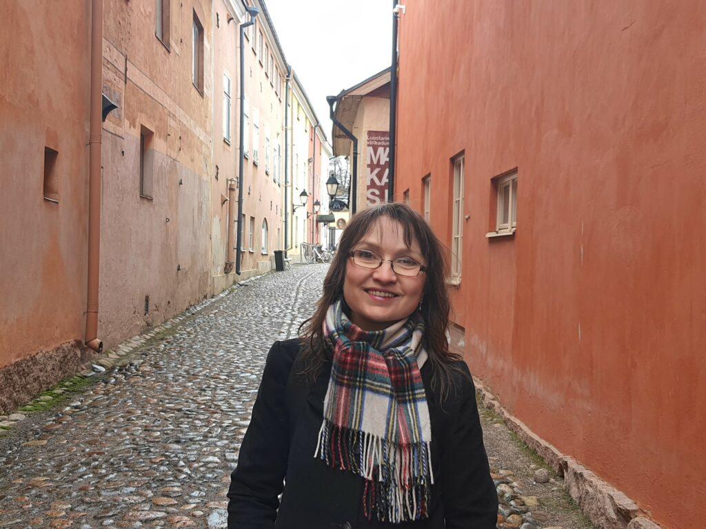 Eva Finch Turun ainoalla yhä käytössä olevalla keskiaikaisella kadulla, Luostarin Välikadulla.