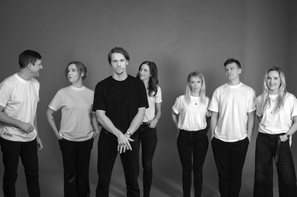 Vuoden 2021 Johnnyssa esiintyvät Jan Uuspõld, Liina Vahtrik, Franz Malmsten, Liis Lass, Liisa Pulk, Ott Raidmets ja Marta Laan. Kuva: Sohvi Viik / Vaiguviiul.